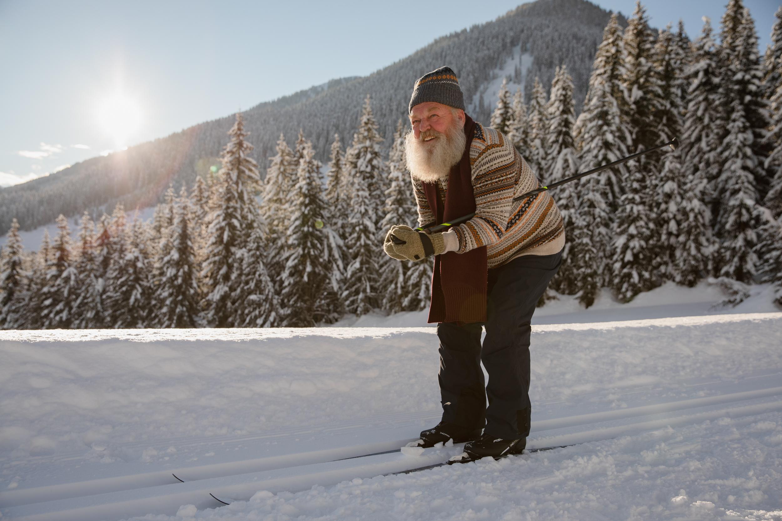 Alter Mann beim Skifahren