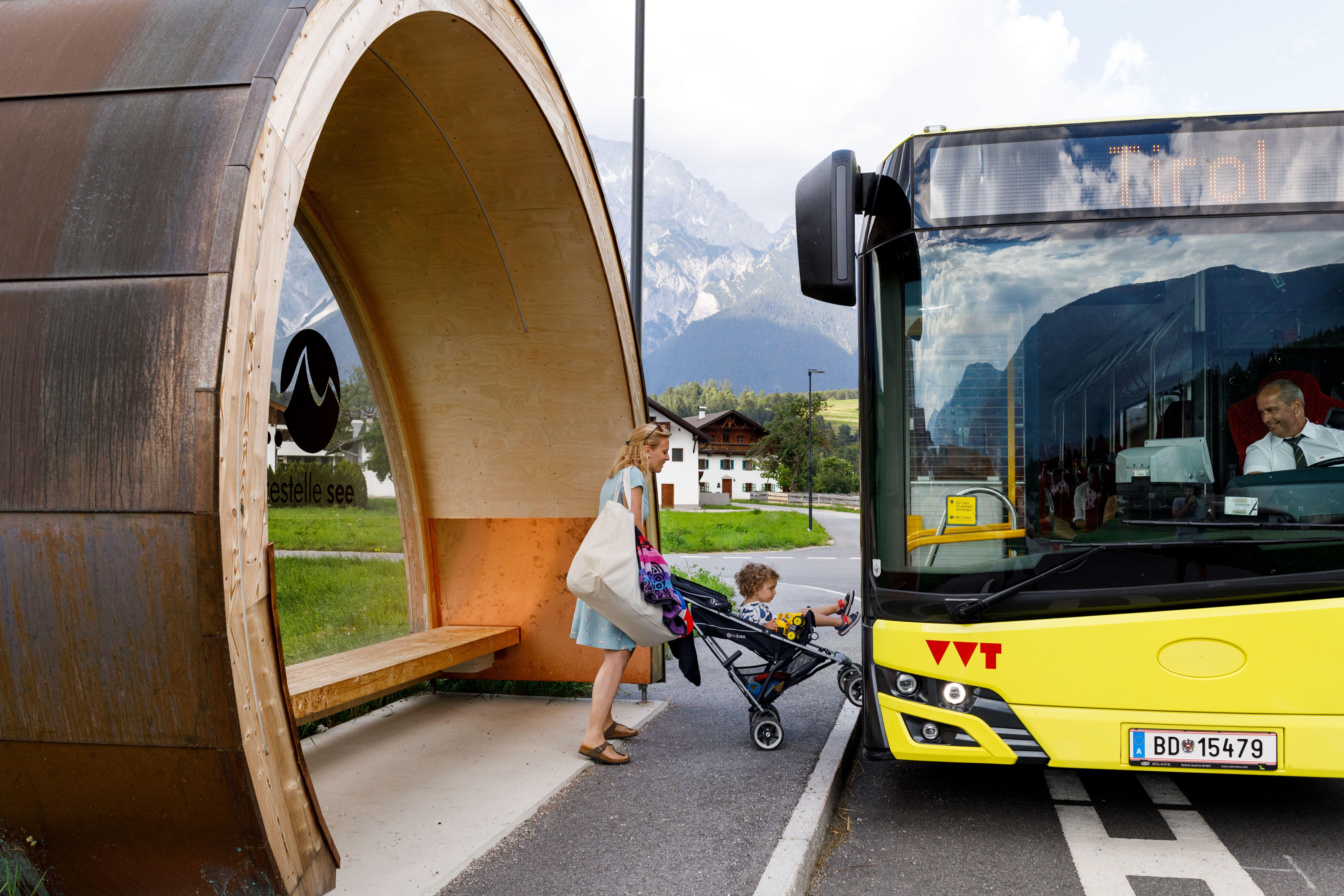 Bushaltestelle Mieming, Frau mit Kinderwagen