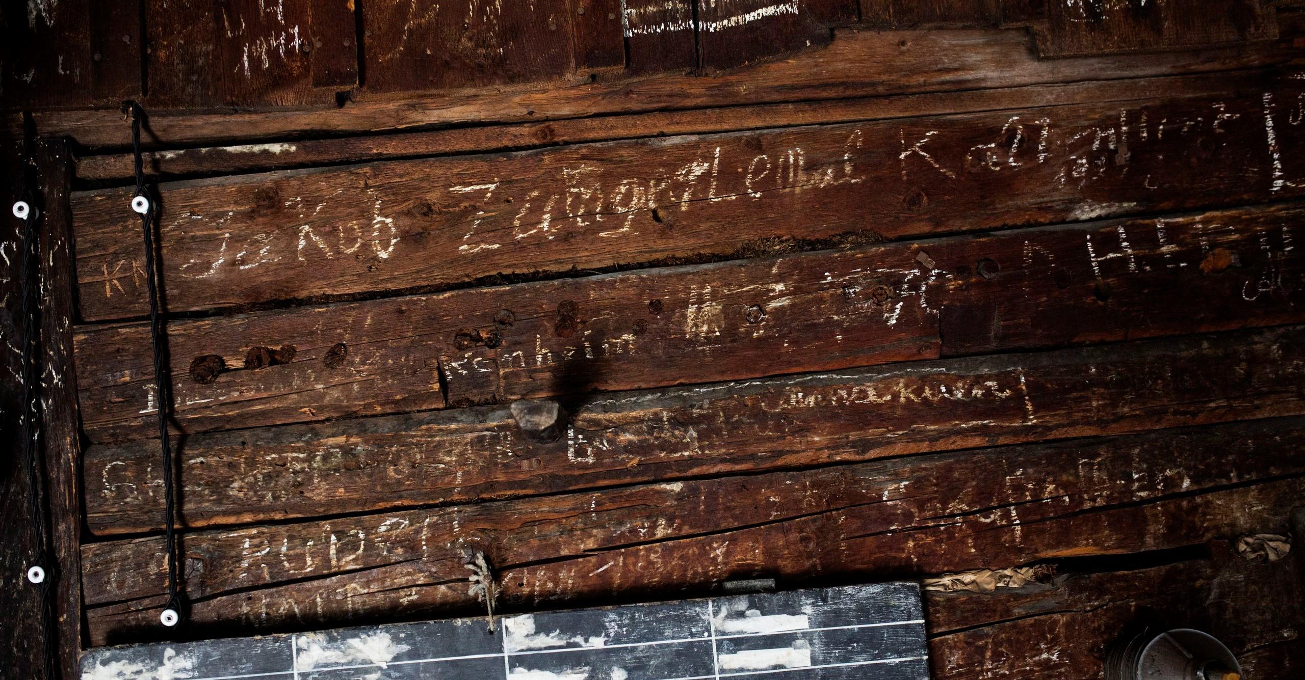 Altholz mit eingeritzter Schrift