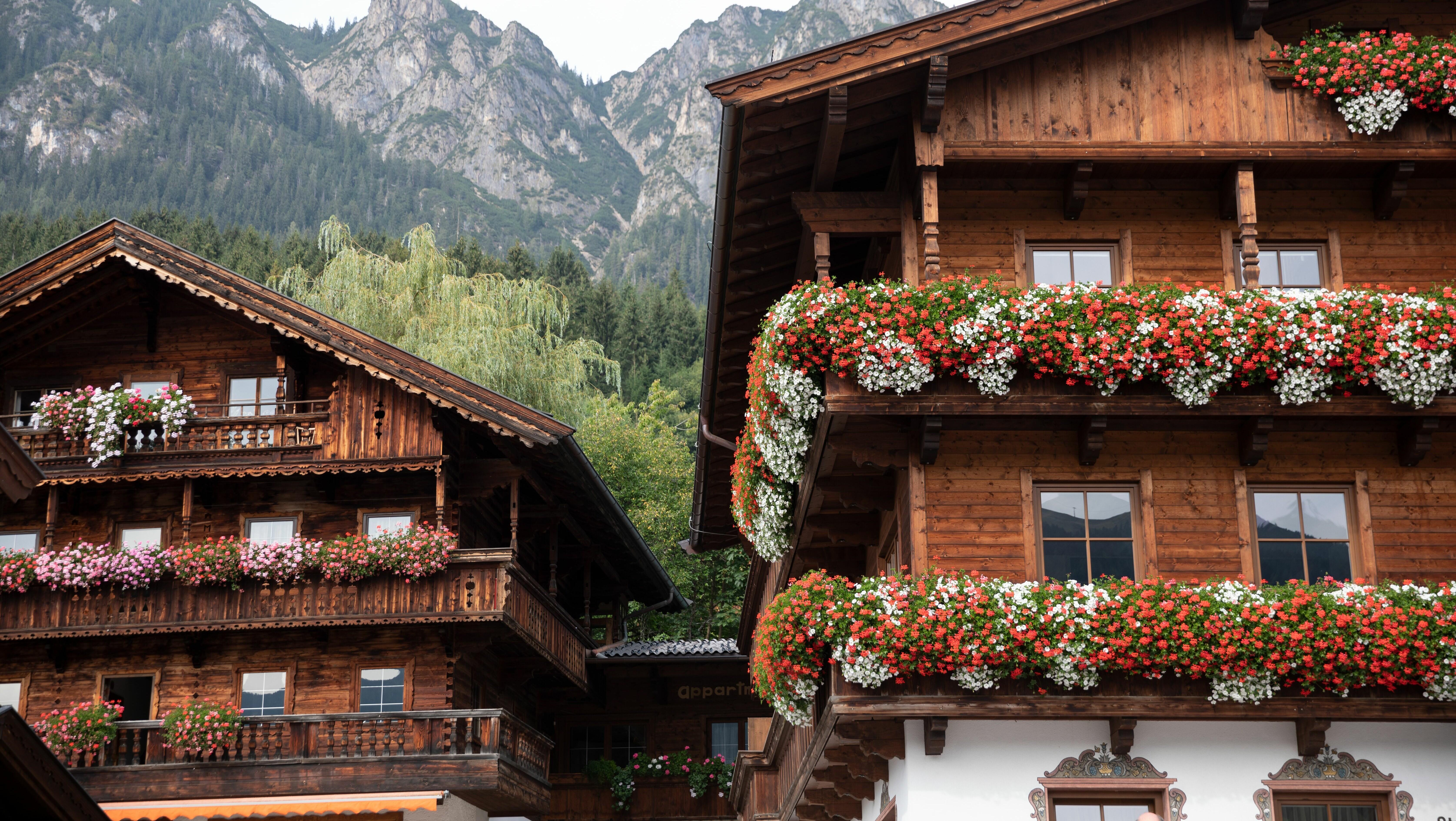 Forum Alpbach, Bauernhäuser mit Blumen