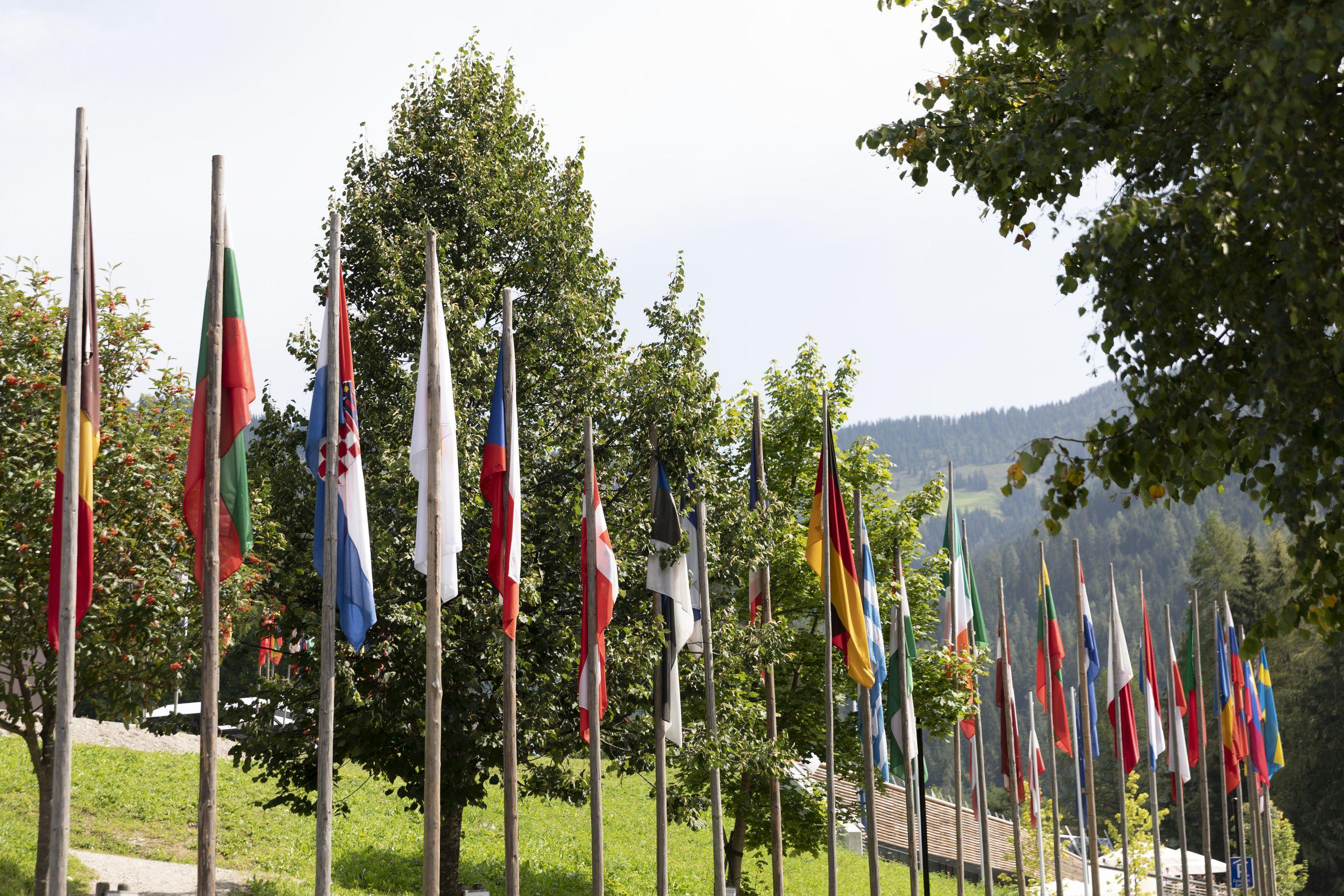 Fahnen vor dem Congress in Alpbach