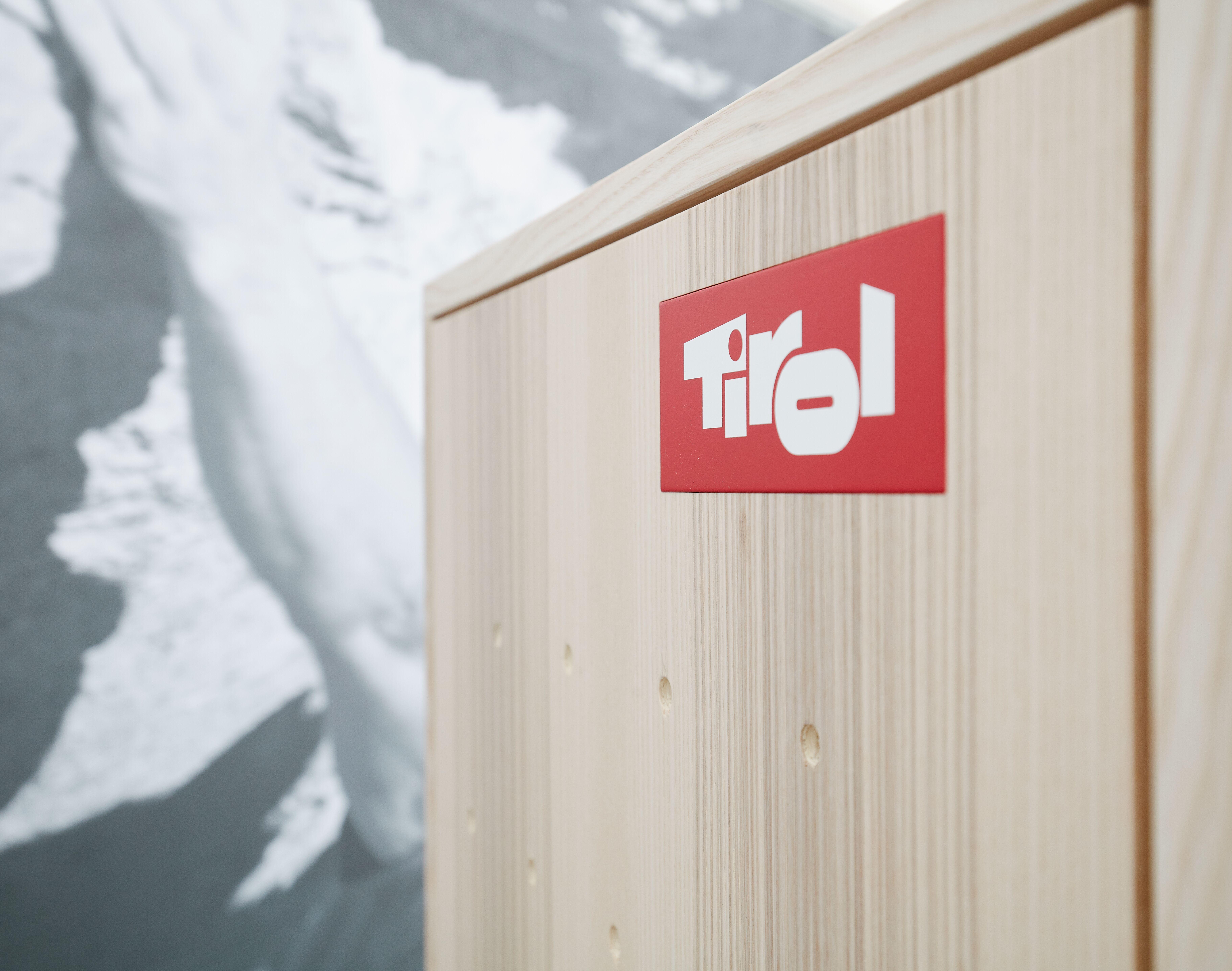Holzwand mit Tirol-Logo
