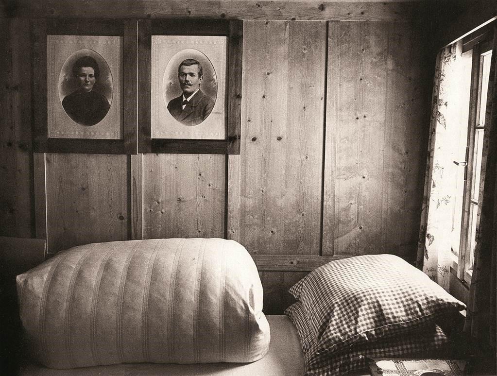 Zimmer mit Bildern an der Wand, Sepia
