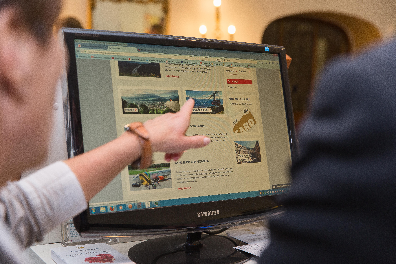 Hand zeigt Infos auf Website